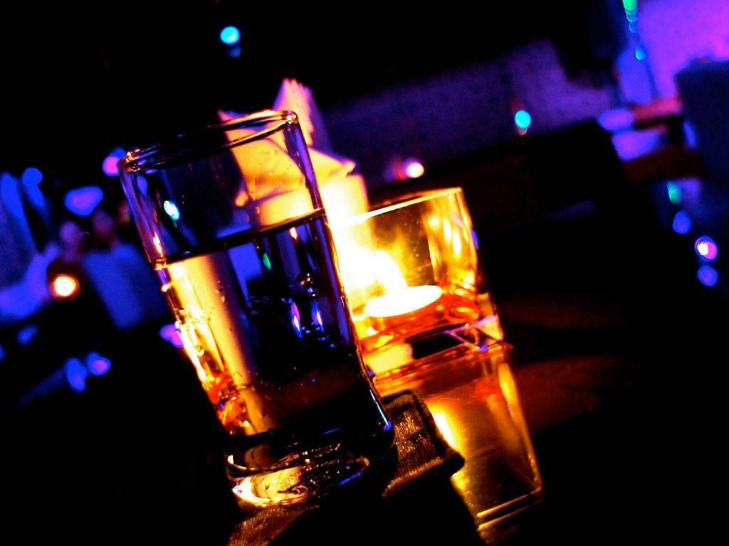 imagen destacada del post sobre cómo viajar con amigos y despreocuparte de las copas
